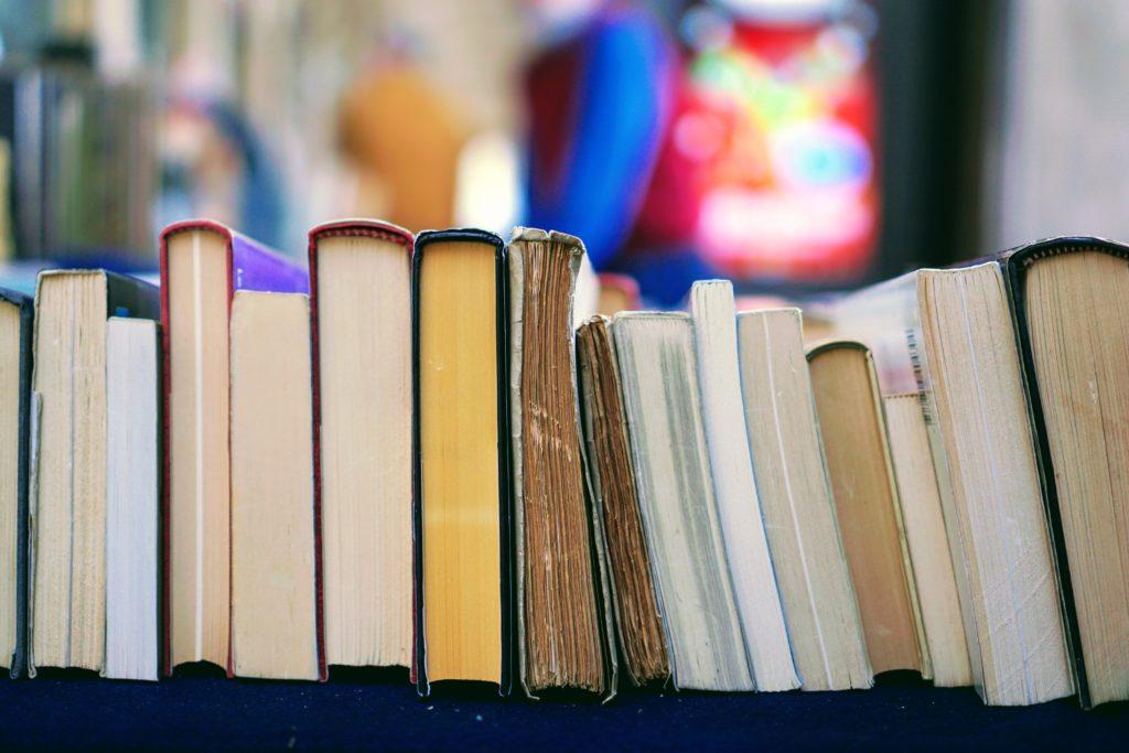 Buchtipps zu Familiengeschichte Bücherstapel